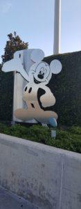 Mickey Mouse invita a entrar