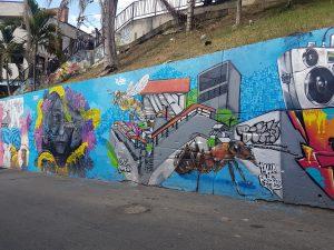 Comenzando el tour, graffitis alusivos a la comuna